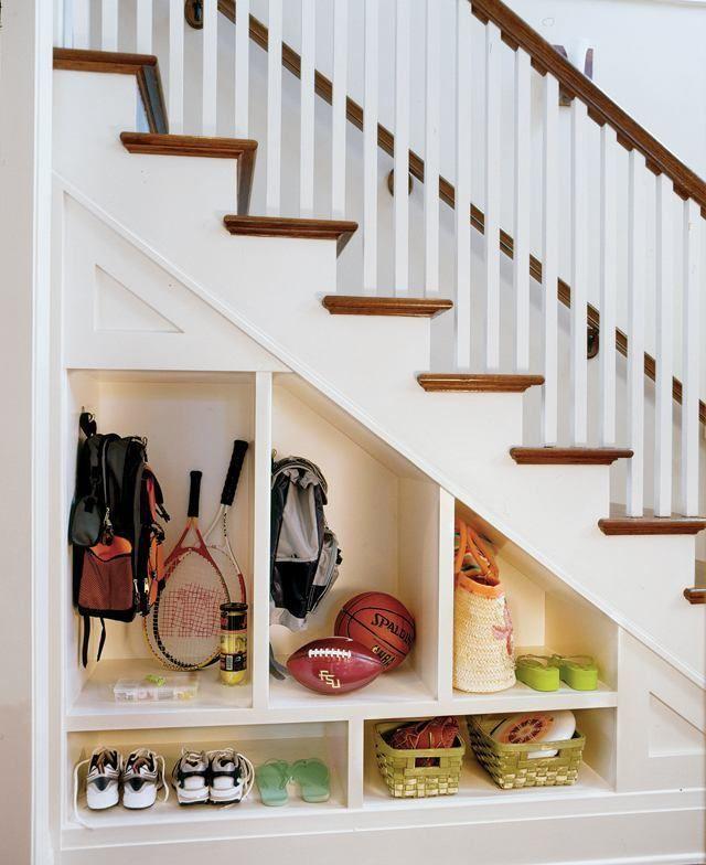 Идеи для прихожей в доме с лестницей идеи