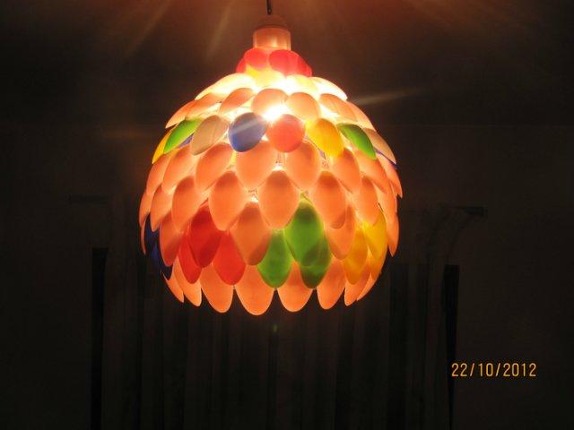 Светильник из пластиковых ложек. Мастер-класс